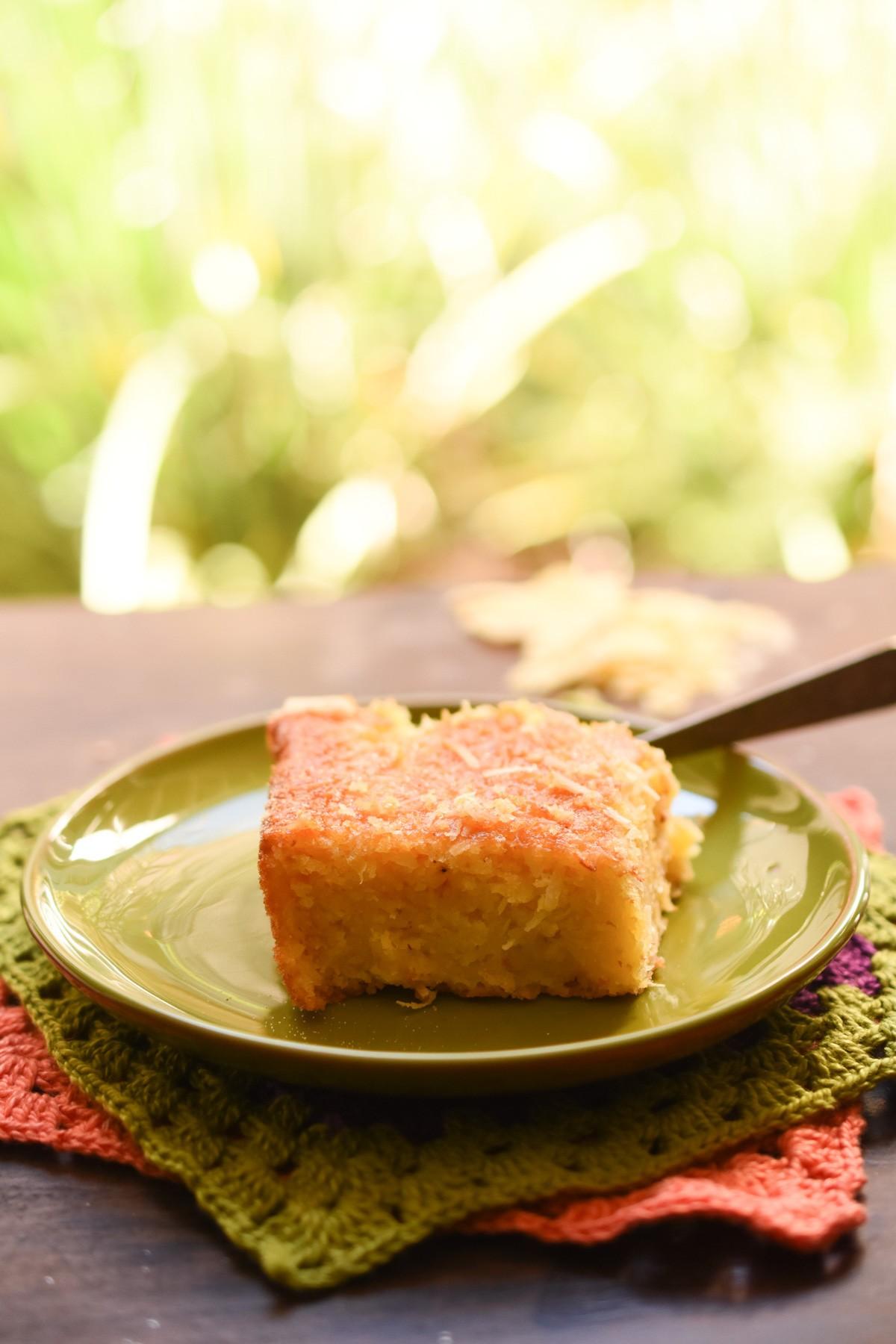 Aprenda a fazer um bolo de milho sem farinha e deixe a festa junina mais leve