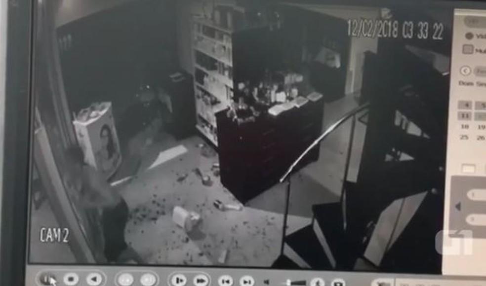 Ladrão se atrapalha e bate rosto em saída de loja no interior do Acre (Foto: Reprodução)