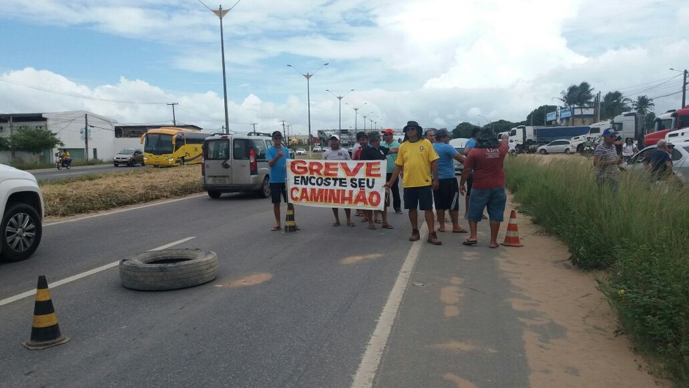 Caminhoneiro fizeram a primeira manifestação por volta das 10h30 (Foto: PRF/Divulgação )