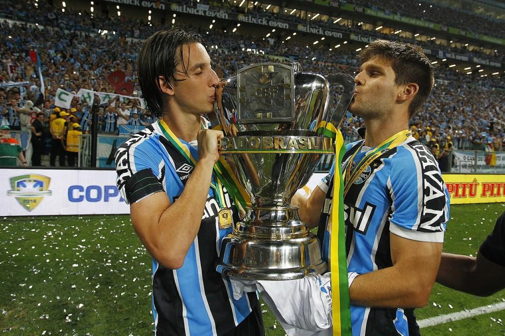 Geromel e Kannemann, com a taça da Copa do Brasil de 2016 — Foto: Lucas Uebel/Divulgação Grêmio