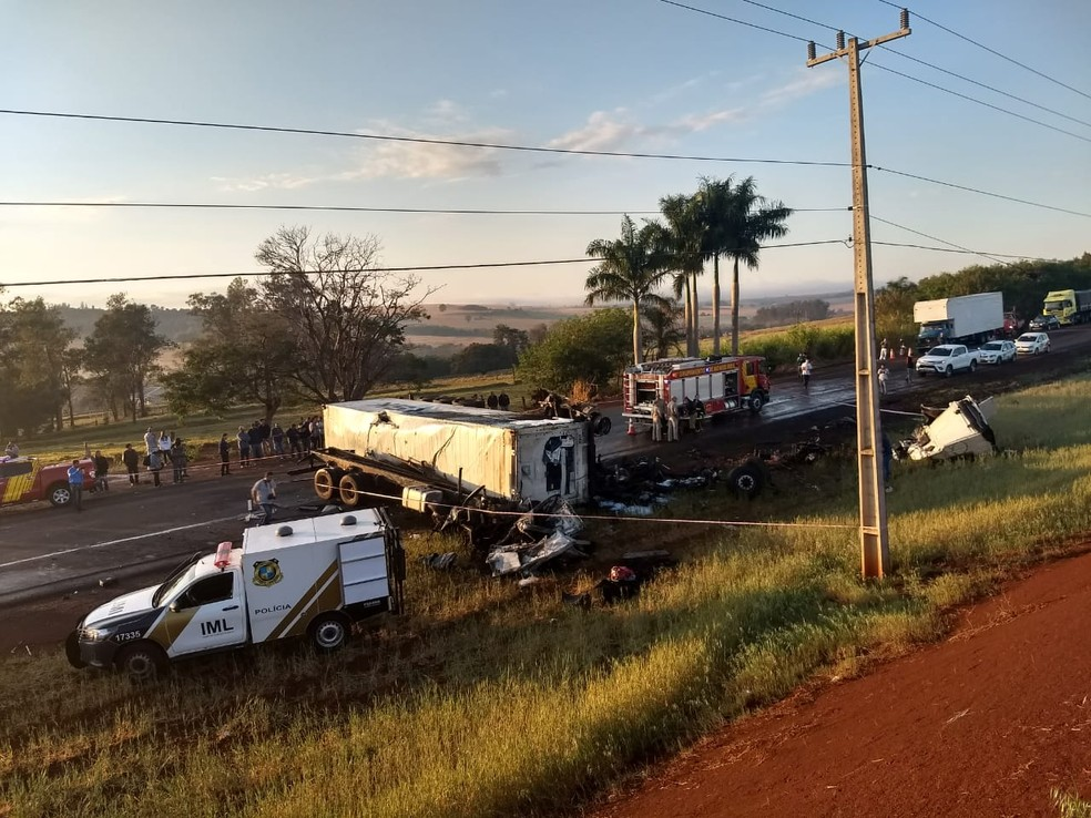 Caminhão pegou fogo após batida na PR-317, em Maringá (Foto: Juliane Guzzoni/RPC)
