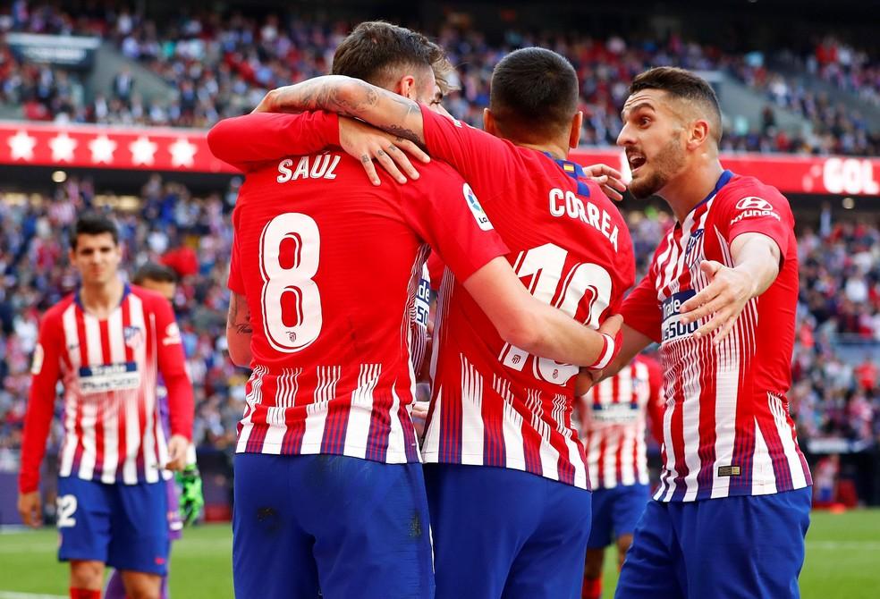 Jogadores do Atlético comemoram gol no Campeonato Espanhol — Foto: Reuters