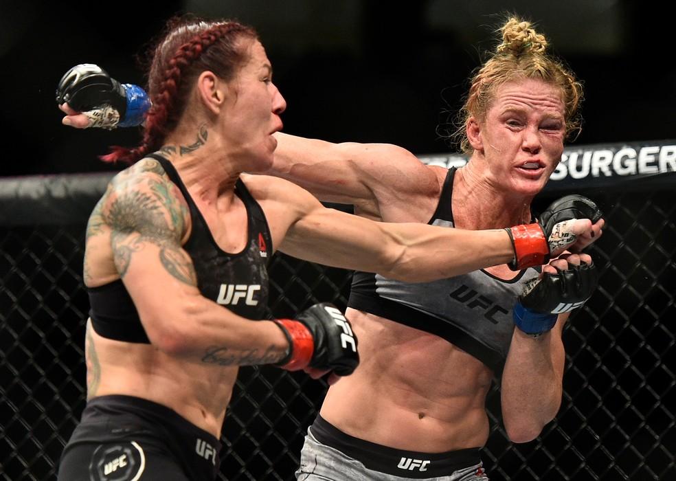 Cris Cyborg castiga o rosto de Holly Holm e leva a melhor na luta principal do UFC 219 (Foto: Getty Images)