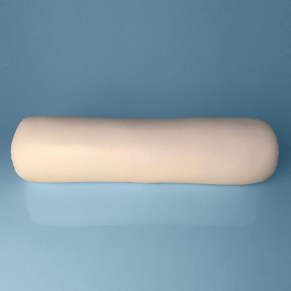Essa almofada apoia a coluna do paciente — Foto: Divulgação/FOM