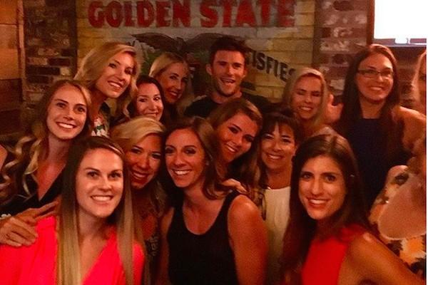 O ator Scott Eastwood com amigas (Foto: Instagram)