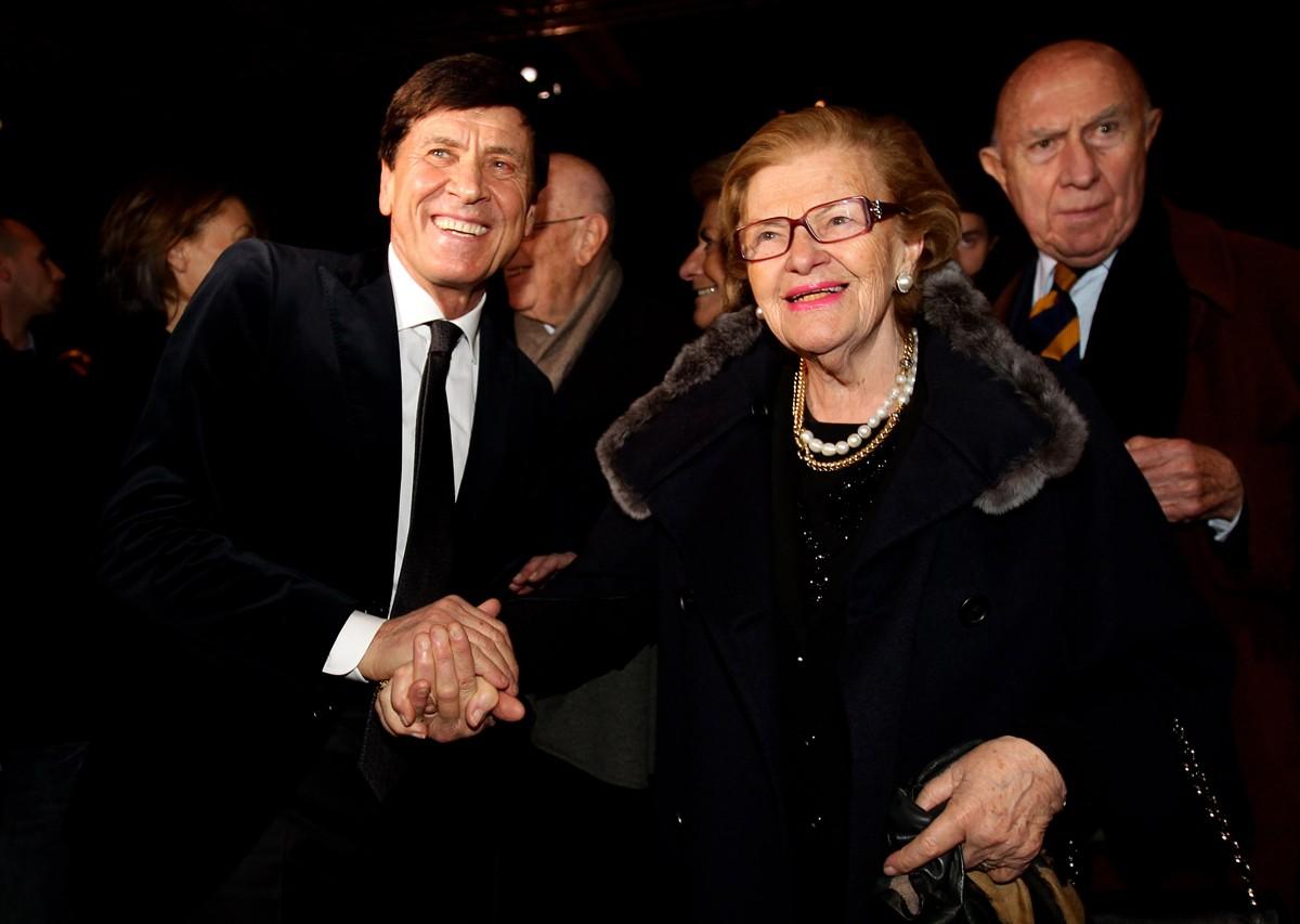 Wanda Ferragamo e Gianni Morandi assistem a desfile em Milão em 2011 (Foto: Getty Images)