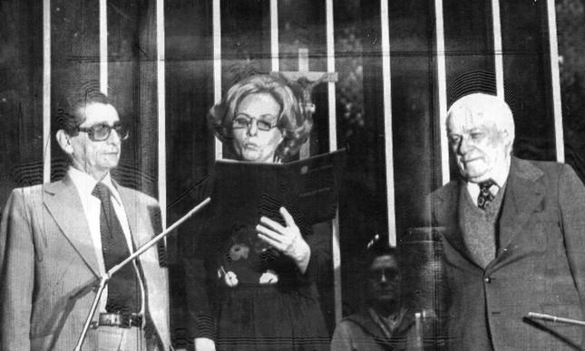 Posse da senadora Eunicie Michiles (ARENA-AM). À direita, o senador Luis Viana (ARENA - BA) e à esquerda o senador Alexandre Costa (ARENA-MA)