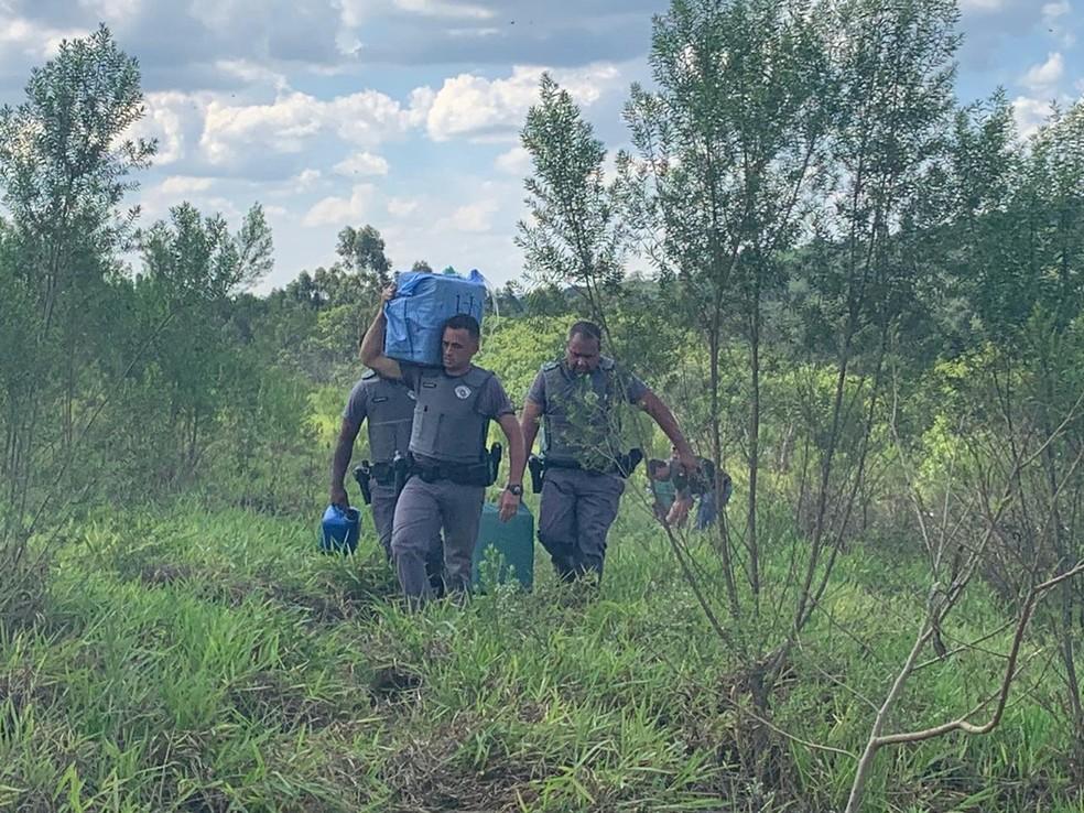 Policiais retiraram pacotes de dentro de aeronave que caiu em São Pedro — Foto: Giuliano Tamura/EPTV