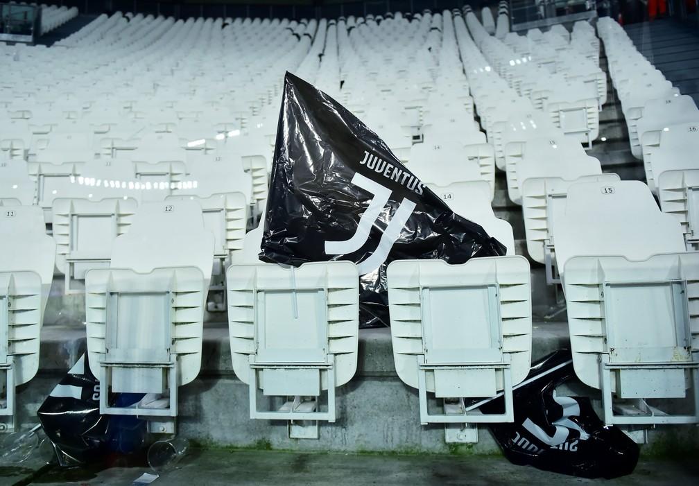 Bandeira da Juventus nas cadeiras do estádio da Velha Senhora em Turim — Foto: REUTERS/Massimo Pinca