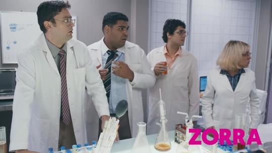 Desafio Nível Fanta: cientista se transforma em duende dentro de laboratório em pleno Halloween
