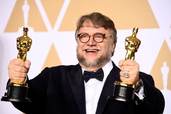 O cineasta Guillermo del Toro com dois dos quatro Oscar vencidos por A Forma da Água (Foto: Getty Images)