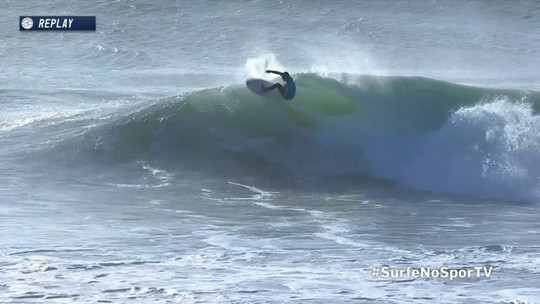 Vasco Ribeiro consegue um 9.37 em tubo com manobra, no Mundial de Surfe de Portugal