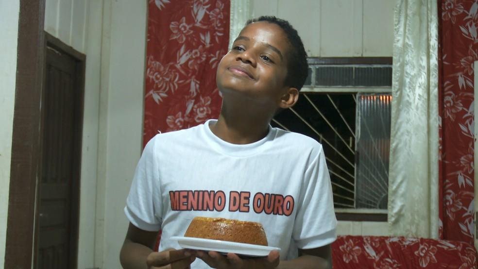 Nilson com o seu bolo mais vendido, que ele mesmo criou a receita e não revela a ninguém. — Foto: Rede Amazônica/Reprodução