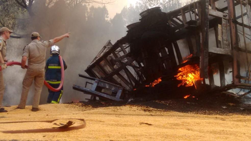 Grave acidente deixa três mortos e dois feridos na BR-277, em Laranjeiras do Sul  — Foto: Colaboração/Hercules Folador