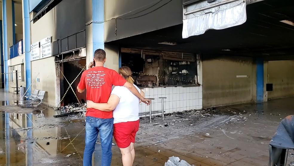 'Não sei se vou recomeçar ou partir para outra', diz proprietário de lanchonete que pegou fogo em Montes Claros — Foto: Bruno Lima/Inter TV Grande Minas