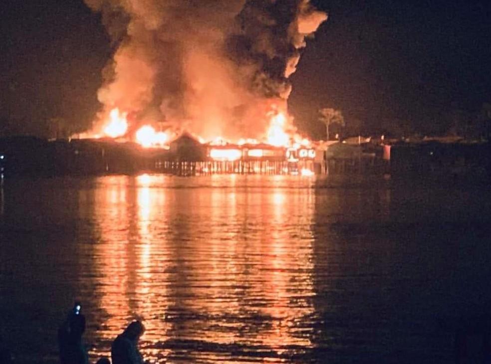 Incêndio foi registrado na noite de segunda-feira, 24 — Foto: Reprodução/Facebook