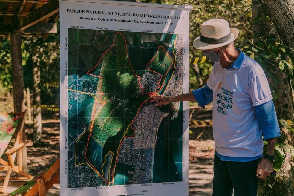 Prefeito José Bonifácio, de Cabo Frio, ao lado de placa da nova sede do Parque Natural Municipal do Mico-Leão-Dourado — Foto: Divulgação