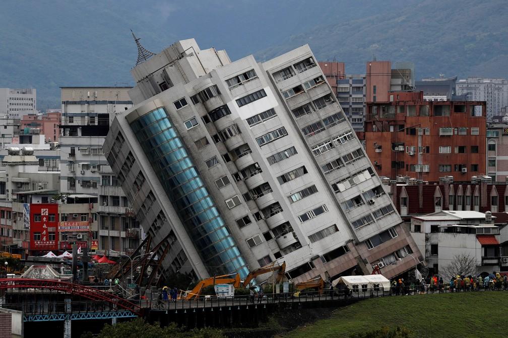 Prédio danificado após tremor na cidade de Hualien, em Taiwan  (Foto: Tyrone Siu/ Reuters)