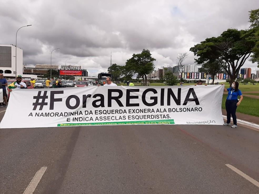 Manifestantes protestam contra a secretária especial de Cultura, Regina Duarte, em Brasília — Foto: Luiz Barbieri/G1