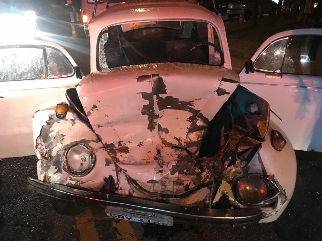 Colisão frontal entre dois carros deixa motorista ferido em Vinhedo