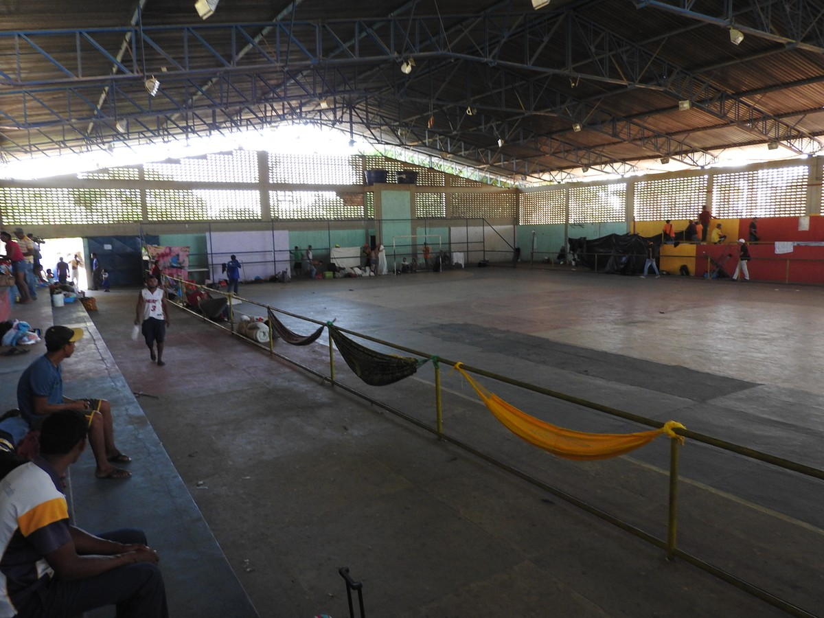 Venezuelanos retirados de acampamento em rodoviária de Boa Vista são alojados em ginásio