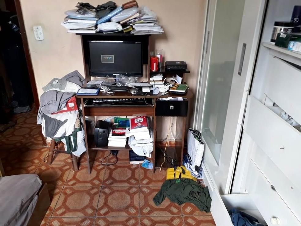 Equipamentos com conteúdo pornográfico foram apreendidos na casa de professor, em Guarujá, SP — Foto: Divulgação/Polícia Civil