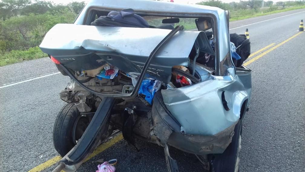 Carro ficou destruído após ser atingido por caminhão na BA-052 — Foto: Divulgação/Polícia Civil
