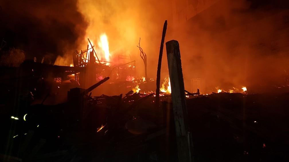 Segundo a prefeitura, o fogo começou por volta das 20h30 (Foto: Divulgação/Prefeitura de Curitiba)