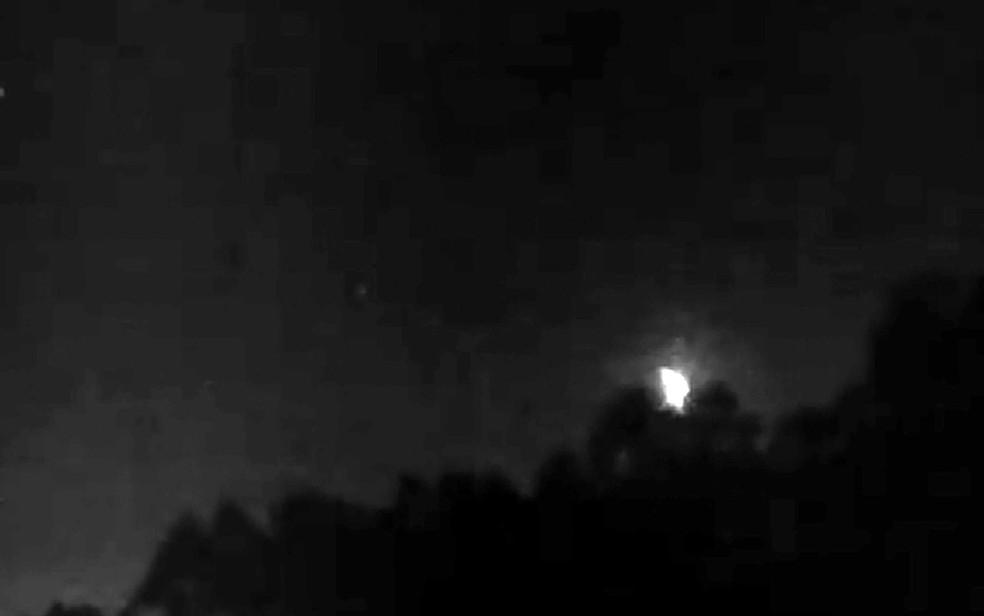 Imagem do Observatório de Campinas de meteoro caindo na noite de segunda-feira (Foto: Reprodução/EPTV)