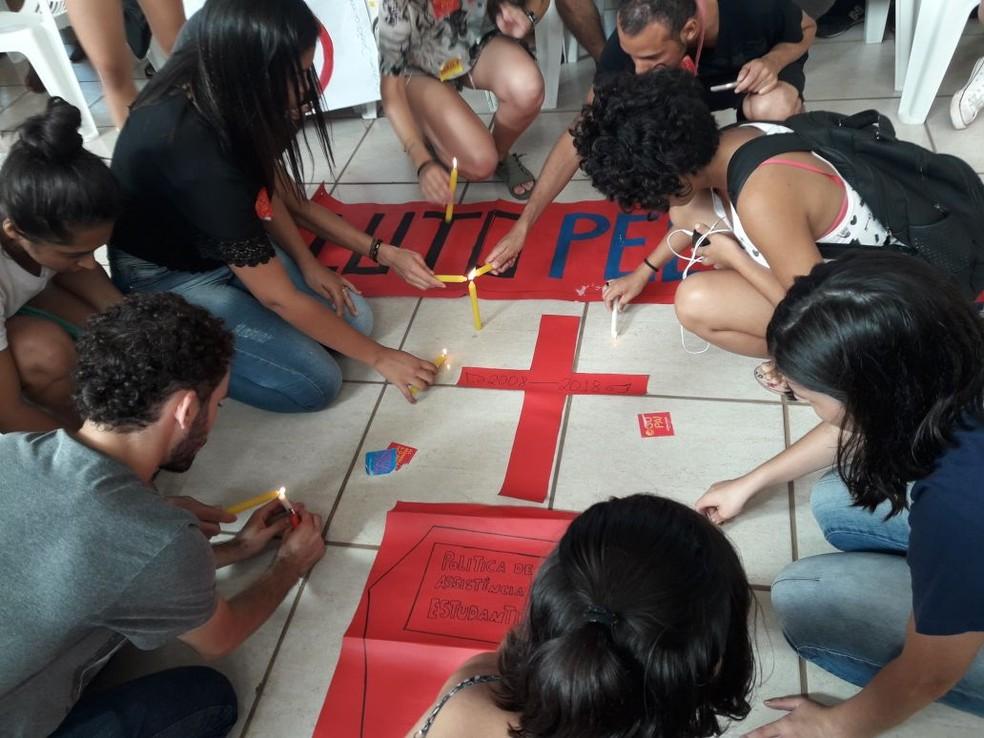 Manifestantes fizeram enterro simbólico do RU antes da audiência (Foto: Lucas Iglesias/ Centro América FM)