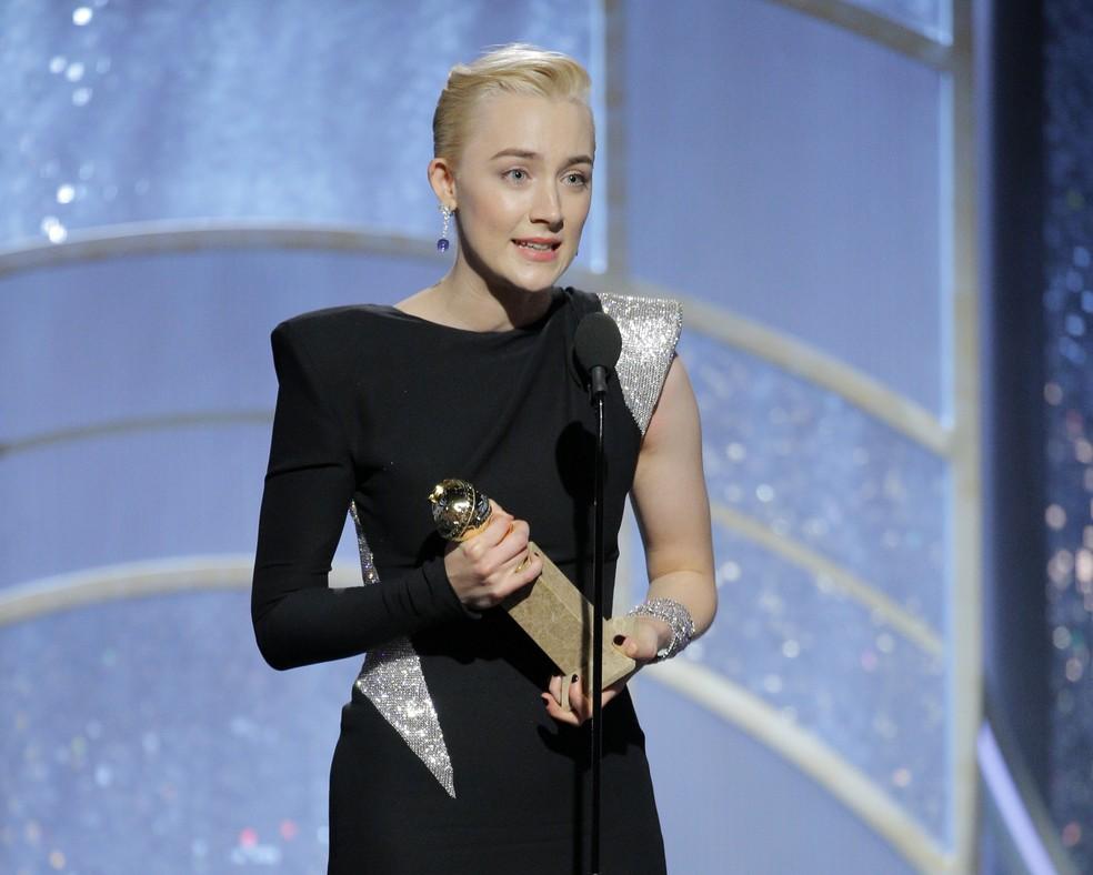Saoirse Ronan recebe prêmio de melhor atriz em comédia ou musical por 'Lady Bird: É hora de voar', no Globo de Ouro 2018 (Foto: Paul Drinkwater/NBC via AP)