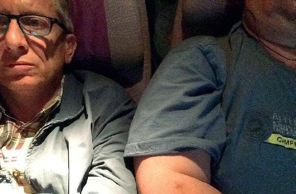 Giorgio fez um selfie para mostra a invasão do seu espaço a bordo de avião da empresa dos Emirados Árabes Unidos
