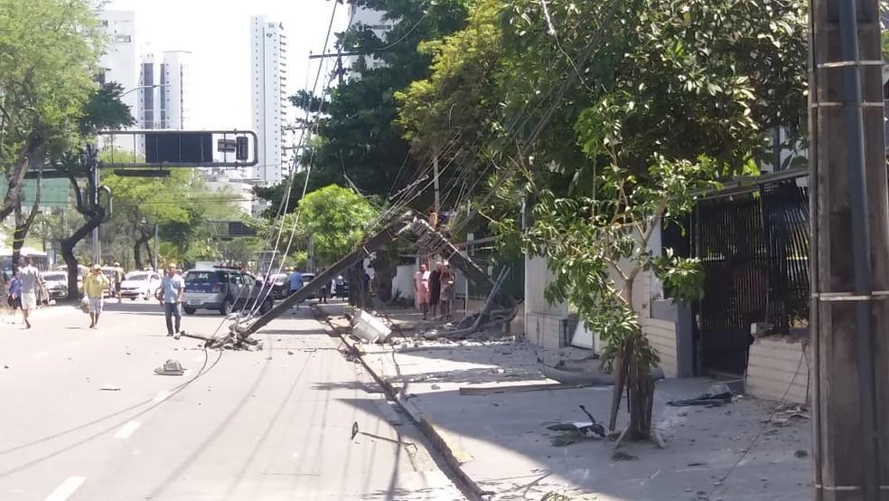 Poste quebrou após acidente na Avenida Domingos Ferreira, em Boa Viagem, na Zona Sul do Recife, nesta segunda-feira (29) — Foto: Luna Markman/TV Globo