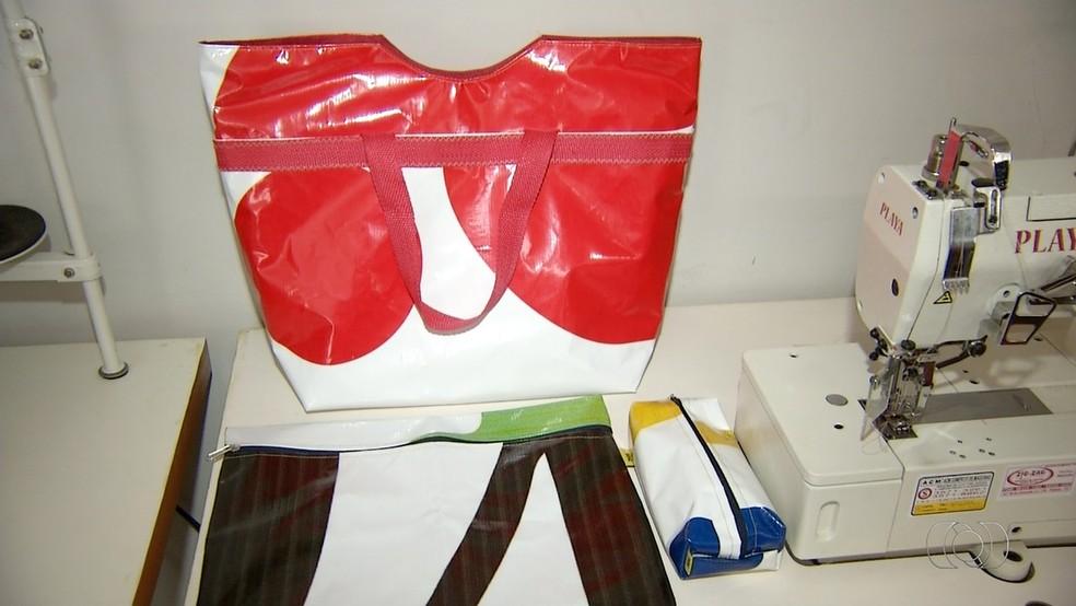 Bolsas feitas de lonas são fonte de renda para mulheres de Palmas (Foto: Reprodução TV Anhanguera)