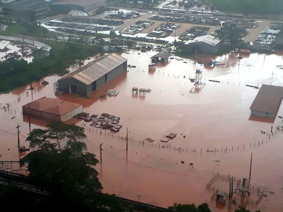 A coloração avermelhada das águas da chuva que se espalharam em Barcarena, provocaram temor nas comunidades do município (Foto: Ascom/Semas)