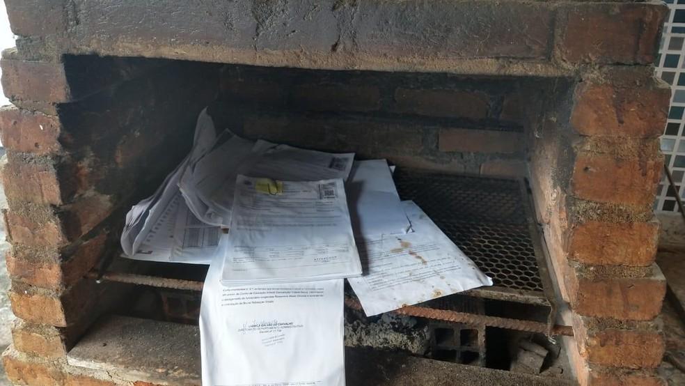 Papéis encontrados em churrasqueira serão analisados pela PF — Foto: Divulgação/PF