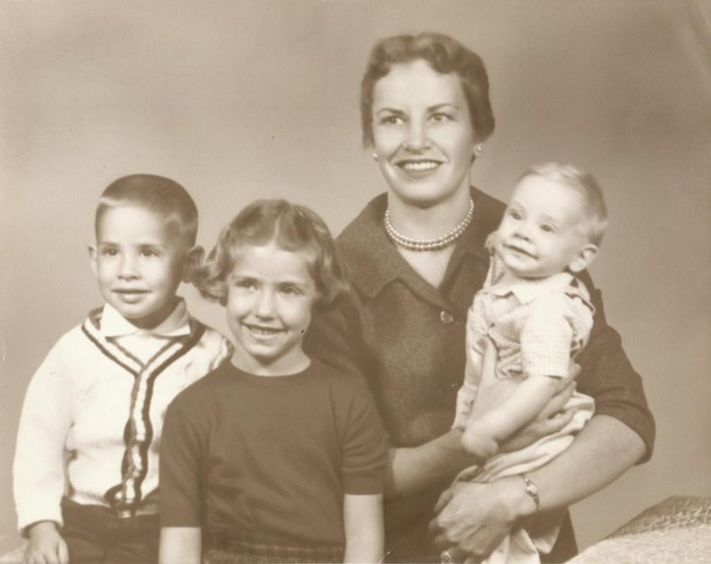 Diamond com 3 de seus filhos (ela teria mais uma filha mais tarde) conciliava a vida familiar com pesquisas e aulas. — Foto: Cortesia: Família Diamond (via BBC)