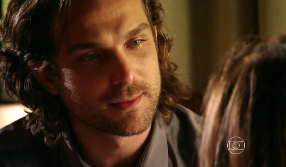 Alberto (Igor Rickli) confessa a Guiomar (Cláudia Netto) que se sentiu bem após falar com o psiquiatra - 'Flor do Caribe' — Foto: Globo
