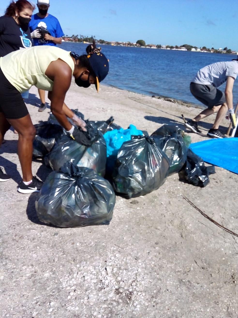 Durante a limpeza da Lagoa das Palmeiras, em Cabo Frio, foram recolhidos de 250 quilos de lixo — Foto: Divulgação Shopping Park Lagos