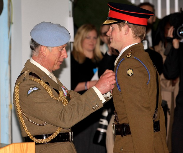 ANDOVER, ENGLAND - MAY 07:  Prince Charles, Prince of Wales presents Prince Harry with his flying wings at Prince Harry's Pilot Course Graduation at the Army Aviation Centre on May 7, 2010 in Andover, England. The Prince of Wales, Colonel in Chief, presen (Foto: Getty Images)