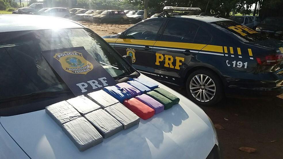 Aos policiais, o motorista disse que uma pessoa entregou as drogas para ele em Foz do Iguaçu e ele mesmo as escondeu no carro; ele declarou ainda que seguiria até Curitiba — Foto: PRF/Divulgação