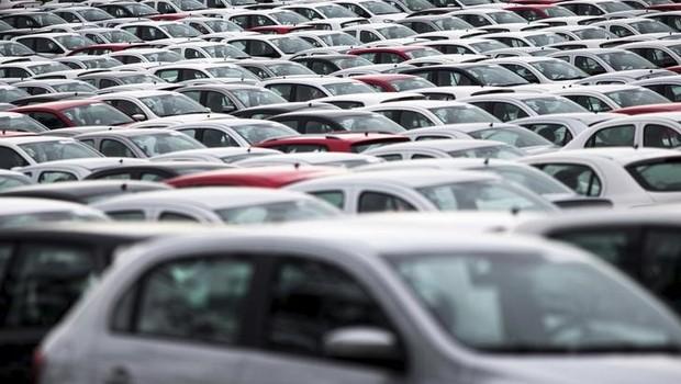 Carros novos parados no pátio da fábrica da Volkswagen, em Taubaté (Foto: REUTERS/Roosevelt Cassio)
