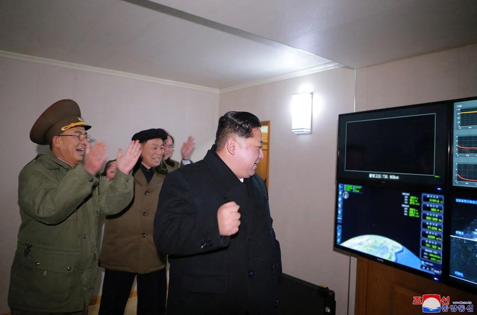 Kim Jong-un comemora o lançamento do míssil Hwasong-15 (Foto: REUTERS/KCNA)