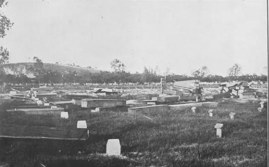 Caixões insepultos no cemitério do Caju, em 1918