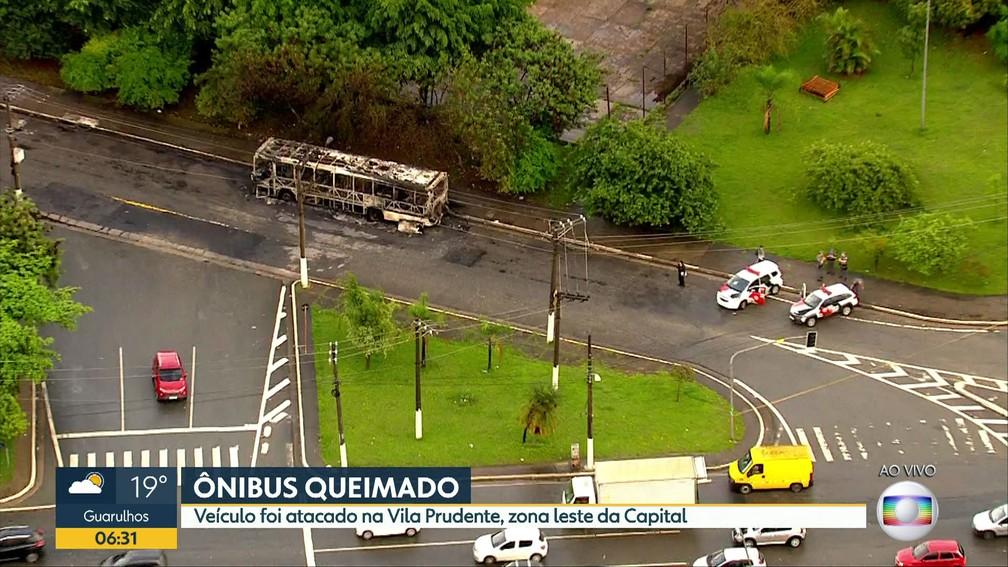 Criminosos ateiam fogo em ônibus na Vila Prudente, Zona Leste de SP — Foto: Reprodução TV Globo