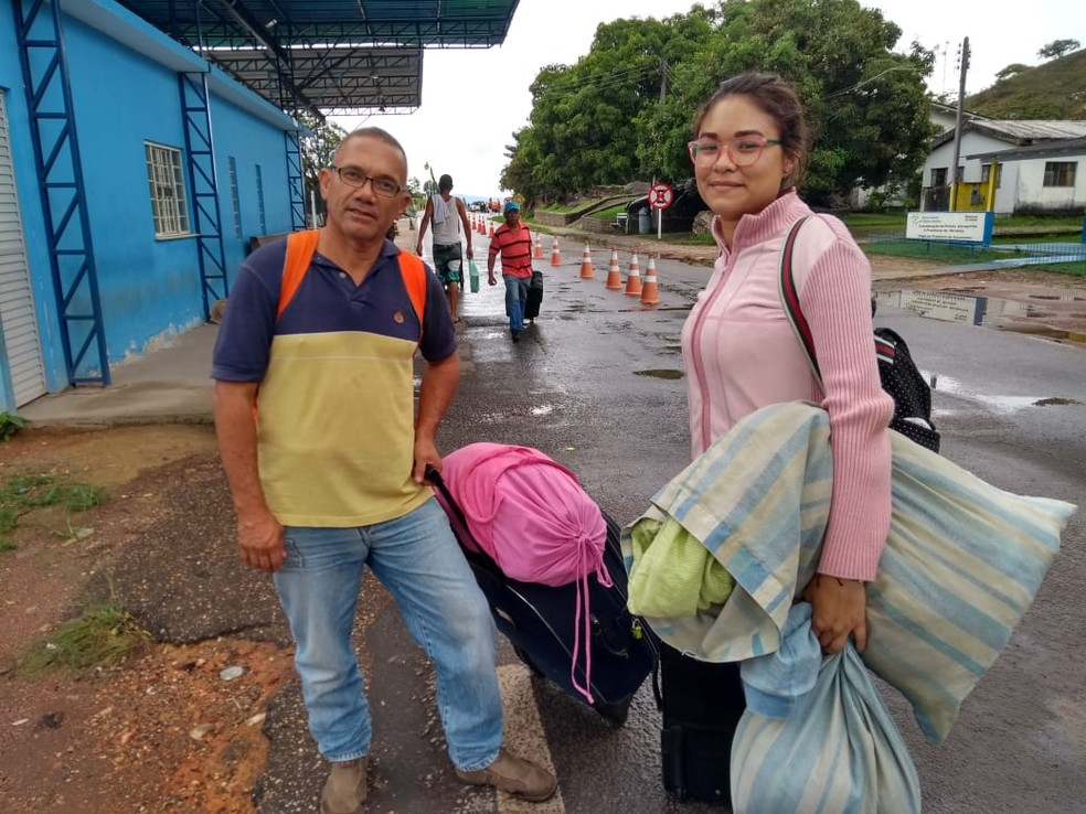 Davi Millán, de 51 anos, e a sobrinha Leomaris Rodriguez, de 18 anos, entram no Brasil após fronteira ser reaberta — Foto: Jackson Félix/G1 RR