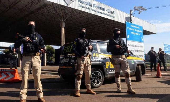 Policiais federais na Tríplice Fronteira entre Argentina, Brasil e Paraguai