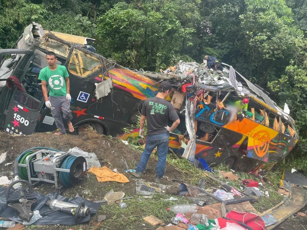 Ônibus saiu da pista e tombou às margens da BR-376, em Guaratuba, no Paraná — Foto: Arquivo pessoal/Juliano Neitzke