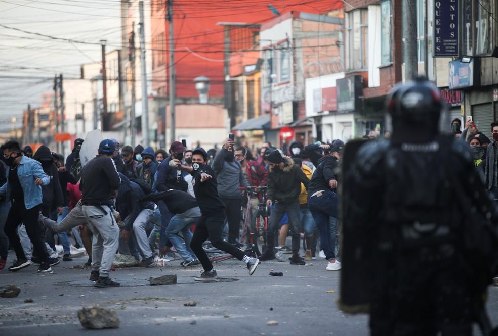 Manifestantes e policiais em Bogotá, na Colômbia, em 9 de setembro de 2020 — Foto: Luisa Gonzalez/Reuters
