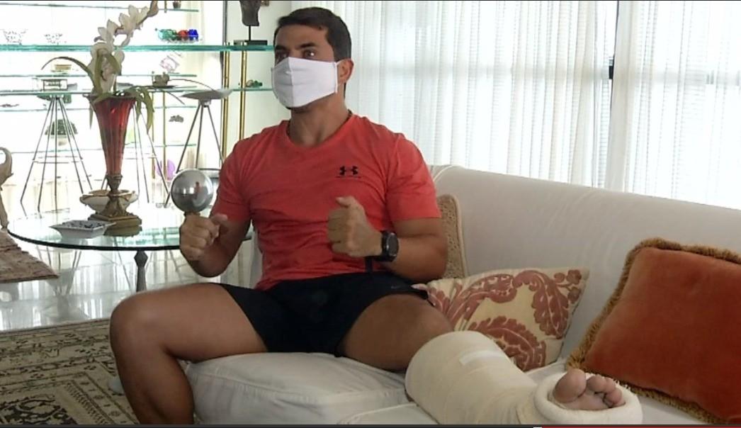 'A pessoa me viu pedindo ajuda, mas acelerou e foi embora sem prestar socorro', relata nadador atingido por lancha em Fortaleza